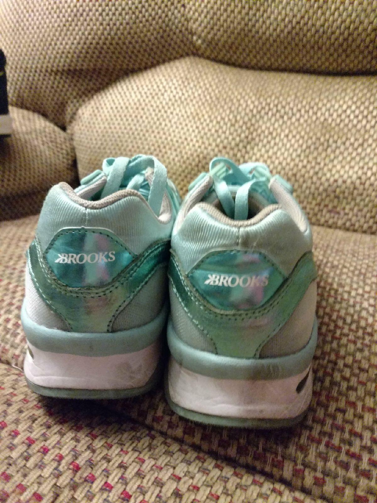 336213c972ab1 Brooks tennis shoes size 9 - Mercari  The Selling App