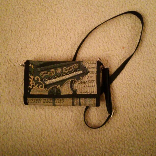 Beautiful piano purse w/ many pockets!