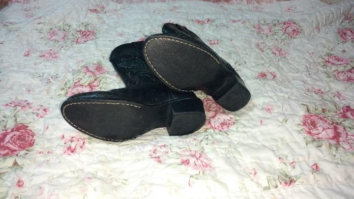 Black boots/cowboy boots